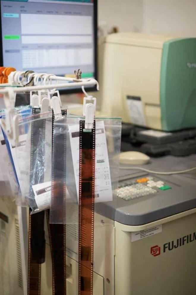 Cận cảnh quá trình tráng rửa và scan ảnh film 35mm tại các phòng lab, nhìn xong mới thấy trầm trồ - Ảnh 14.