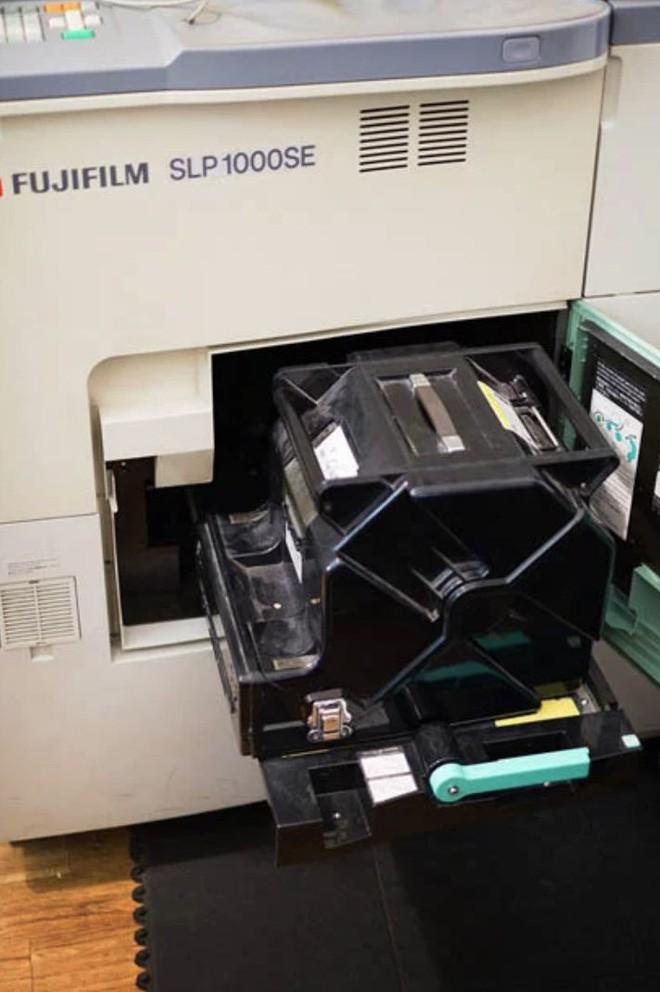 Cận cảnh quá trình tráng rửa và scan ảnh film 35mm tại các phòng lab, nhìn xong mới thấy trầm trồ - Ảnh 16.