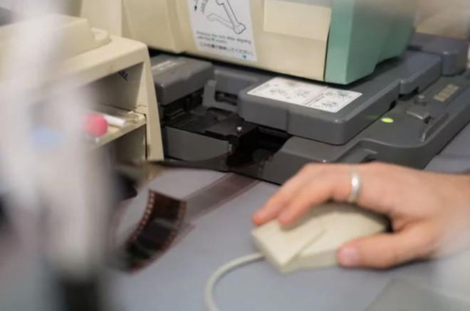 Cận cảnh quá trình tráng rửa và scan ảnh film 35mm tại các phòng lab, nhìn xong mới thấy trầm trồ - Ảnh 17.