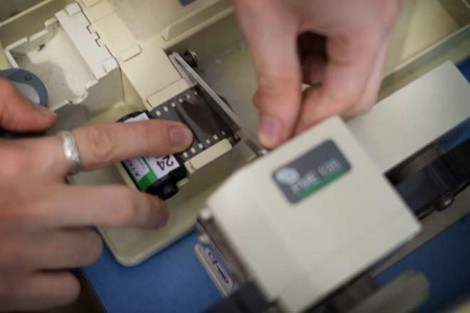 Cận cảnh quá trình tráng rửa và scan ảnh film 35mm tại các phòng lab, nhìn xong mới thấy trầm trồ - Ảnh 5.