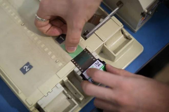 Cận cảnh quá trình tráng rửa và scan ảnh film 35mm tại các phòng lab, nhìn xong mới thấy trầm trồ - Ảnh 6.