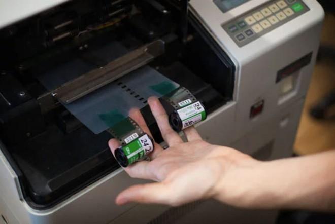 Cận cảnh quá trình tráng rửa và scan ảnh film 35mm tại các phòng lab, nhìn xong mới thấy trầm trồ - Ảnh 9.