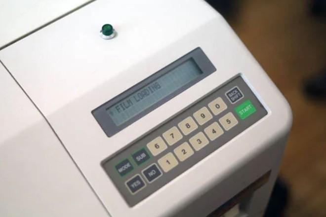 Cận cảnh quá trình tráng rửa và scan ảnh film 35mm tại các phòng lab, nhìn xong mới thấy trầm trồ - Ảnh 10.