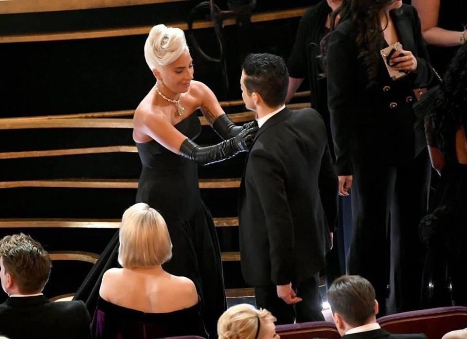 Khoảnh khắc siêu dễ thương: Lady Gaga chỉnh lại nơ cổ cho Rami Malek, trao nhau nụ hôn giữa Oscar - Ảnh 1.