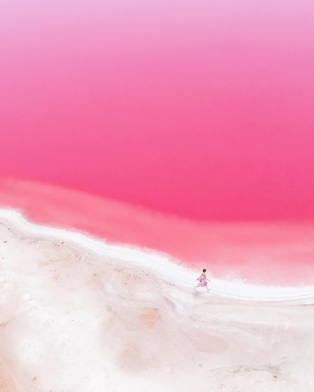 Tương truyền rằng chàng trai nào dẫn bạn gái đến hồ nước màu hồng siêu ảo này sẽ được cô ấy yêu trọn đời - Ảnh 4.