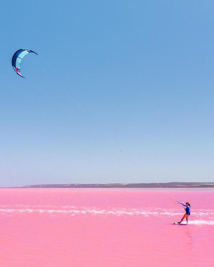 Tương truyền rằng chàng trai nào dẫn bạn gái đến hồ nước màu hồng siêu ảo này sẽ được cô ấy yêu trọn đời - Ảnh 13.