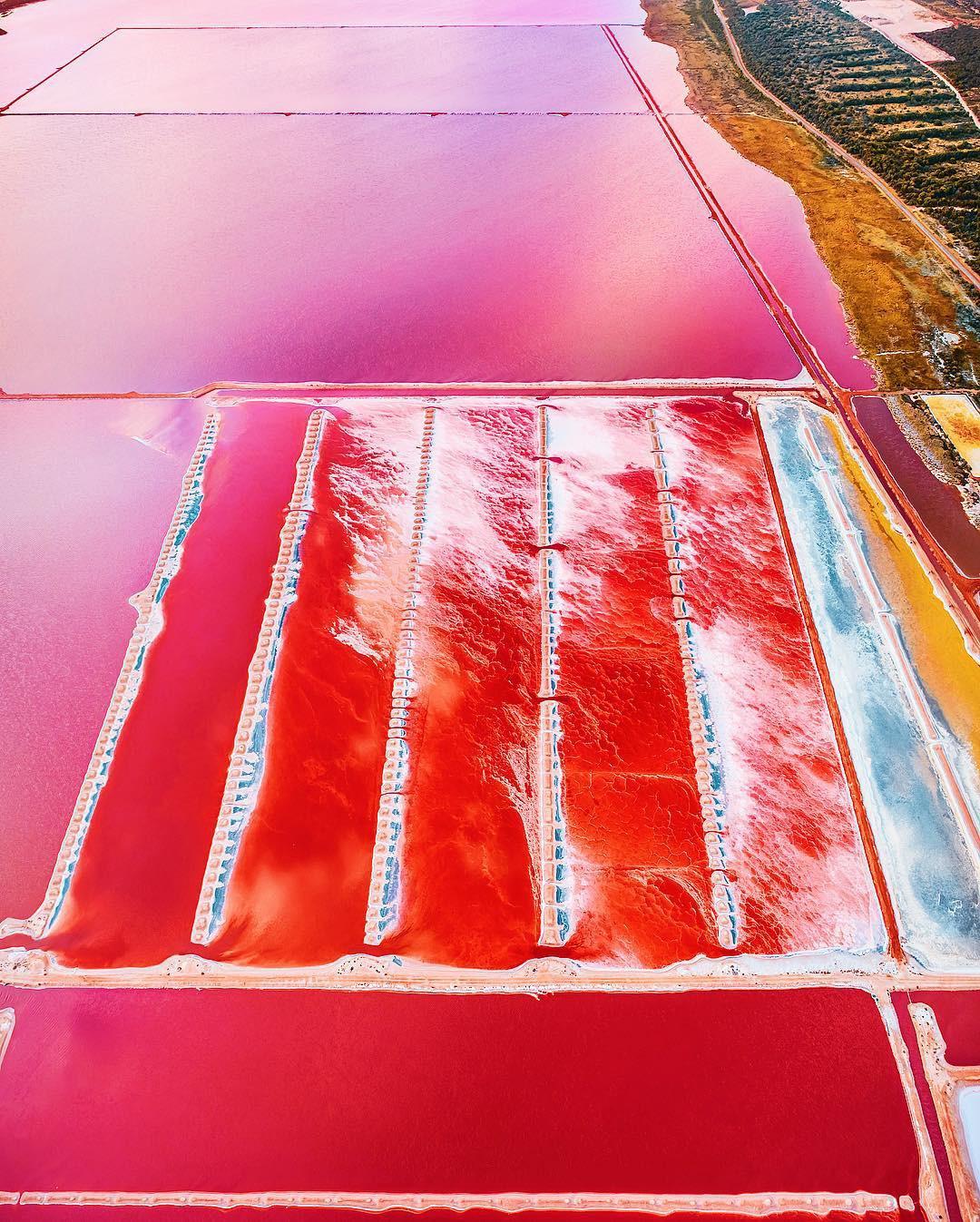 Tương truyền rằng chàng trai nào dẫn bạn gái đến hồ nước màu hồng siêu ảo này sẽ được cô ấy yêu trọn đời - Ảnh 5.