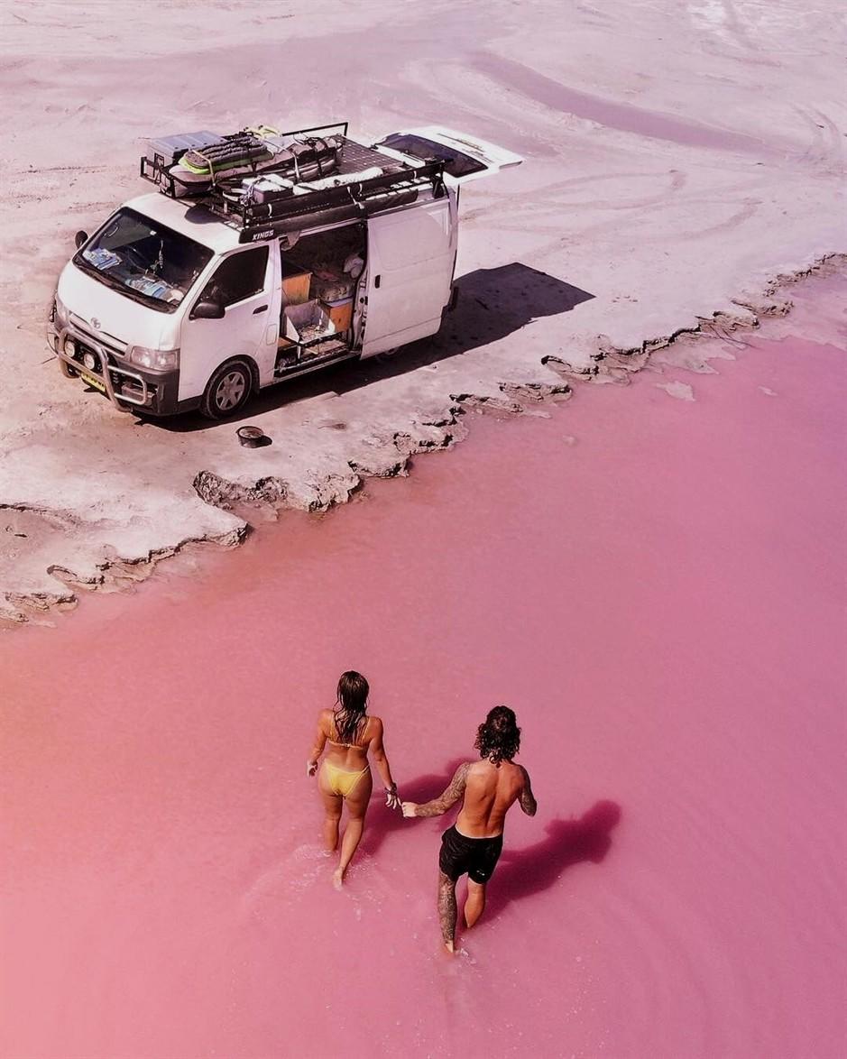 Tương truyền rằng chàng trai nào dẫn bạn gái đến hồ nước màu hồng siêu ảo này sẽ được cô ấy yêu trọn đời - Ảnh 7.