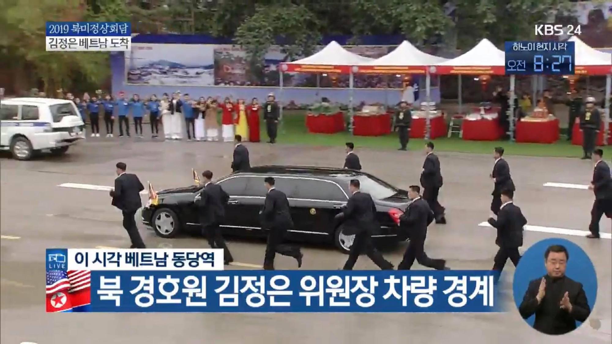 Dàn vệ sĩ tinh nhuệ tái hiện màn chạy bộ ấn tượng bên xe của Chủ tịch Kim Jong-un trước ga Đồng Đăng - Ảnh 8.