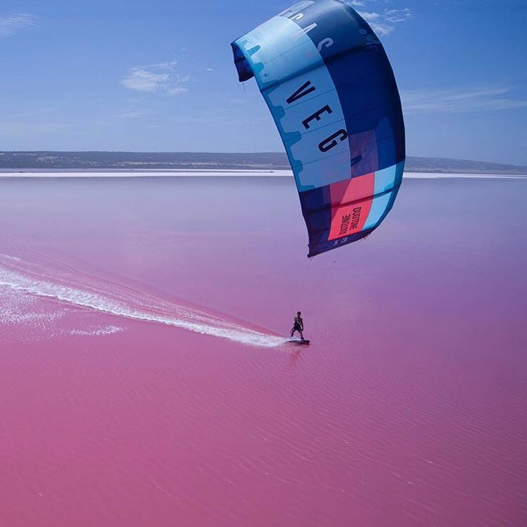 Tương truyền rằng chàng trai nào dẫn bạn gái đến hồ nước màu hồng siêu ảo này sẽ được cô ấy yêu trọn đời - Ảnh 9.