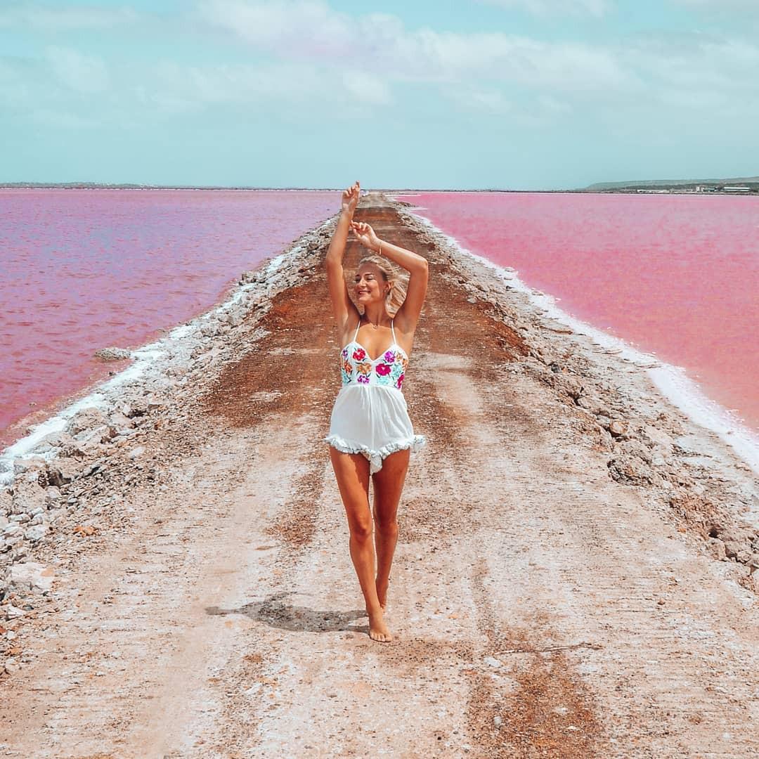 Tương truyền rằng chàng trai nào dẫn bạn gái đến hồ nước màu hồng siêu ảo này sẽ được cô ấy yêu trọn đời - Ảnh 11.