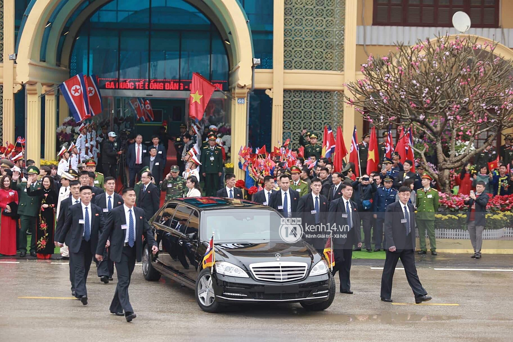 Dàn vệ sĩ tinh nhuệ tái hiện màn chạy bộ ấn tượng bên xe của Chủ tịch Kim Jong-un trước ga Đồng Đăng - Ảnh 4.