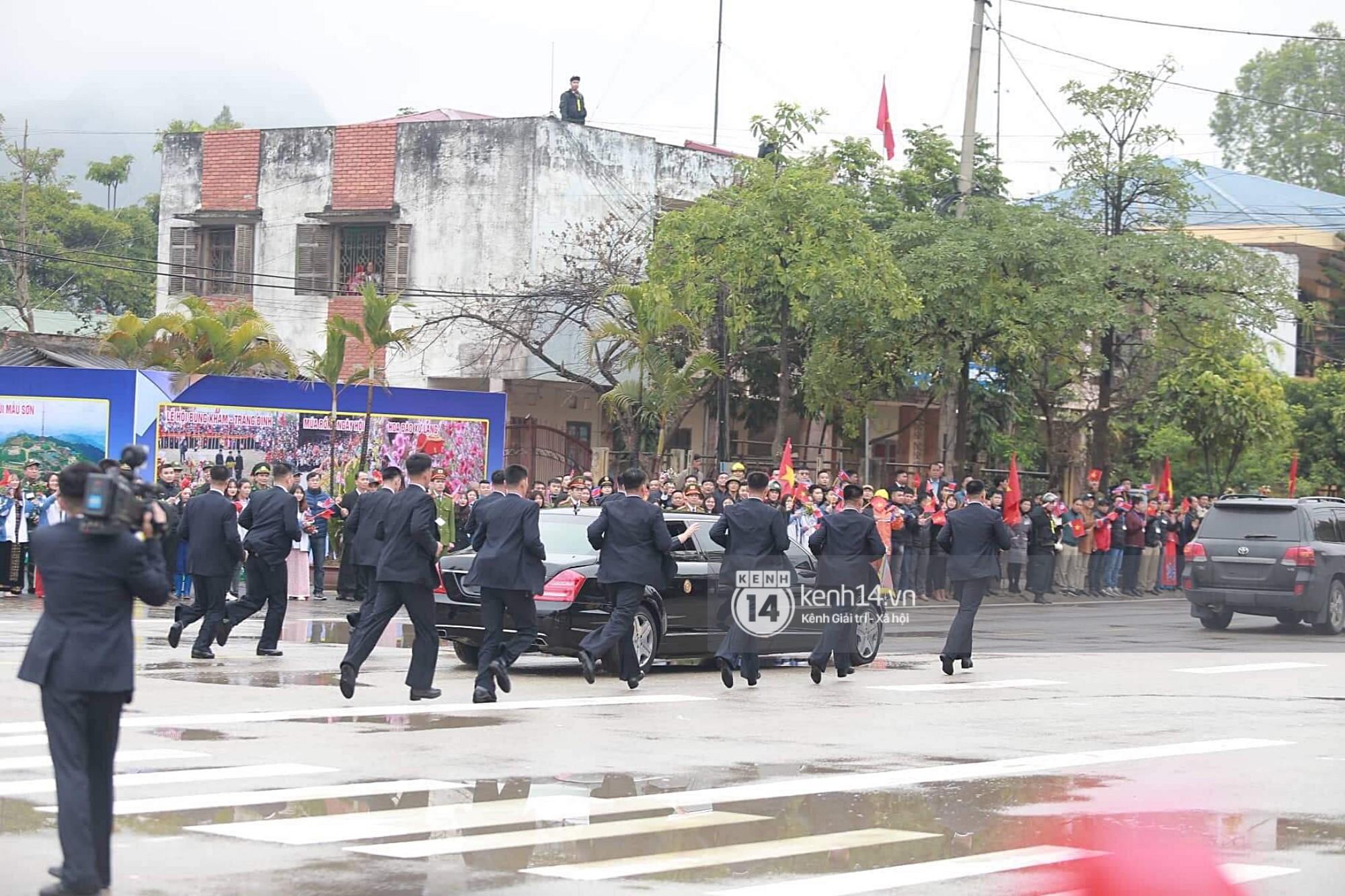 Dàn vệ sĩ tinh nhuệ tái hiện màn chạy bộ ấn tượng bên xe của Chủ tịch Kim Jong-un trước ga Đồng Đăng - Ảnh 2.