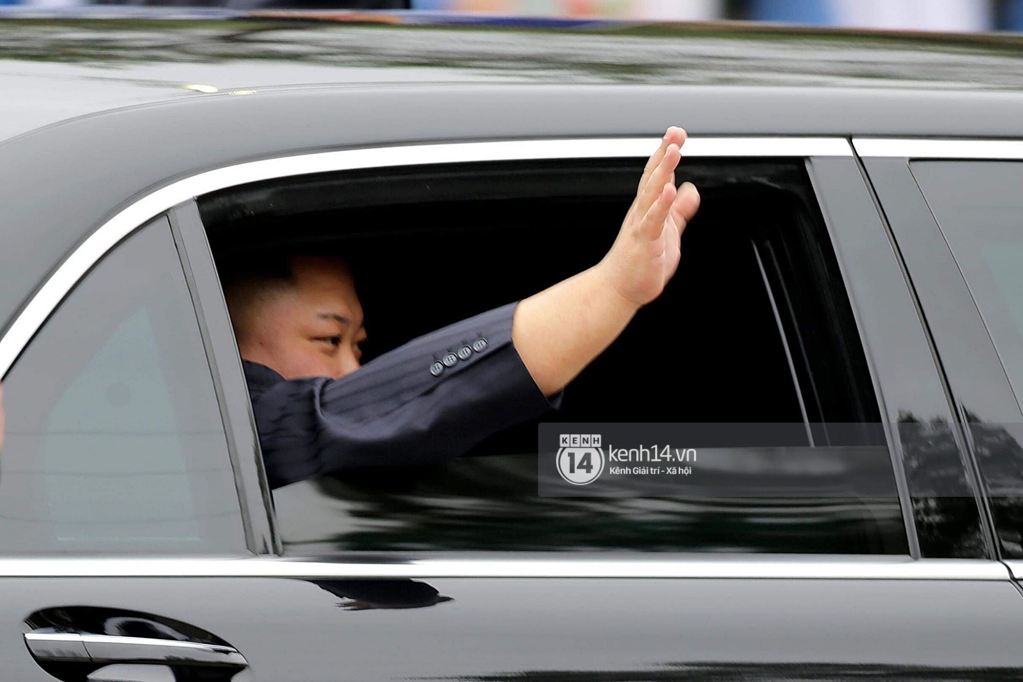 Dàn vệ sĩ tinh nhuệ tái hiện màn chạy bộ ấn tượng bên xe của Chủ tịch Kim Jong-un trước ga Đồng Đăng - Ảnh 5.