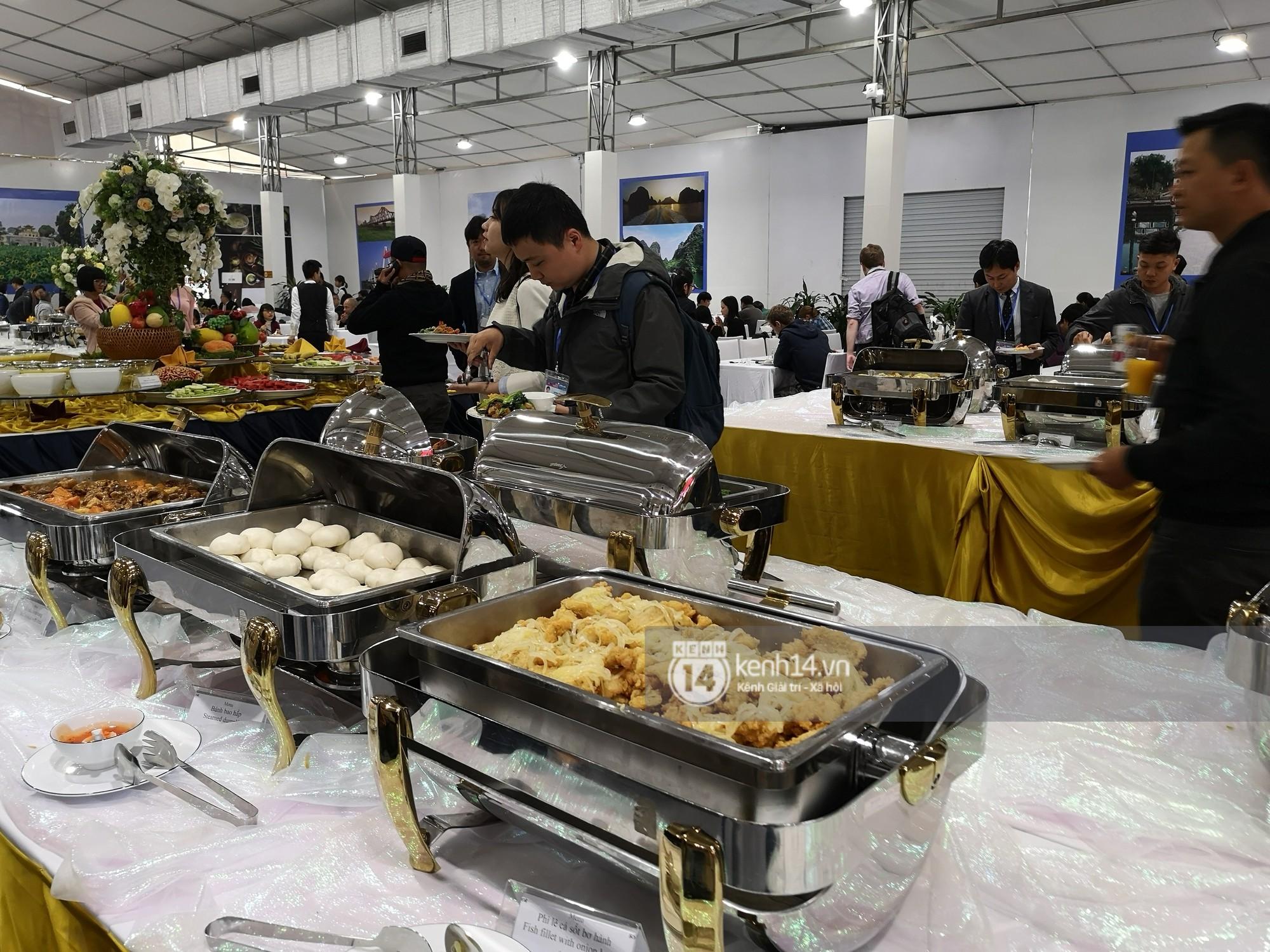 Phóng viên các nước hào hứng khi được thưởng thức ẩm thực nổi tiếng Hà thành tại trung tâm báo chí quốc tế hội nghị thượng đỉnh Mỹ - Triều - Ảnh 1.