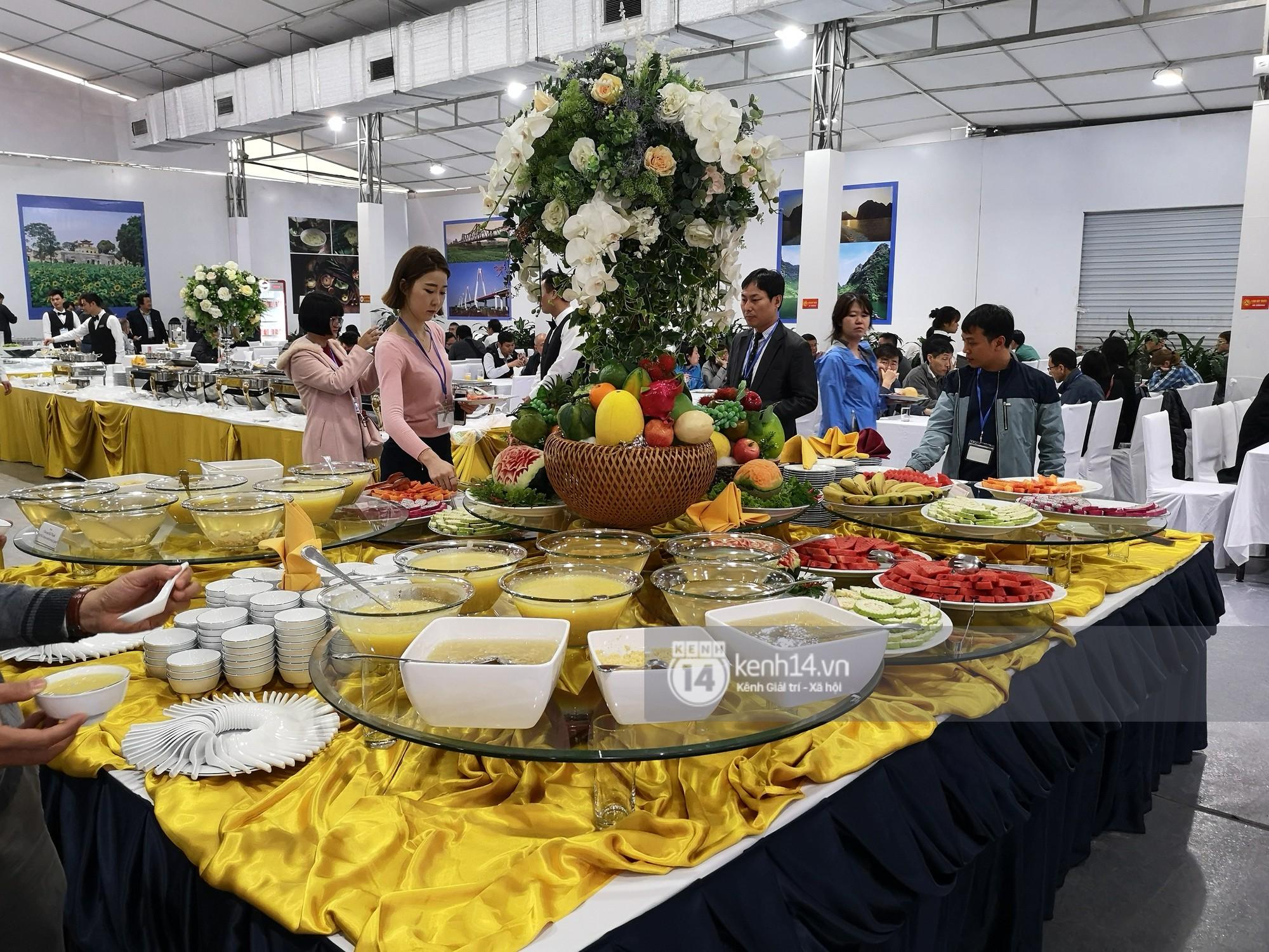 Phóng viên các nước hào hứng khi được thưởng thức ẩm thực nổi tiếng Hà thành tại trung tâm báo chí quốc tế hội nghị thượng đỉnh Mỹ - Triều - Ảnh 2.