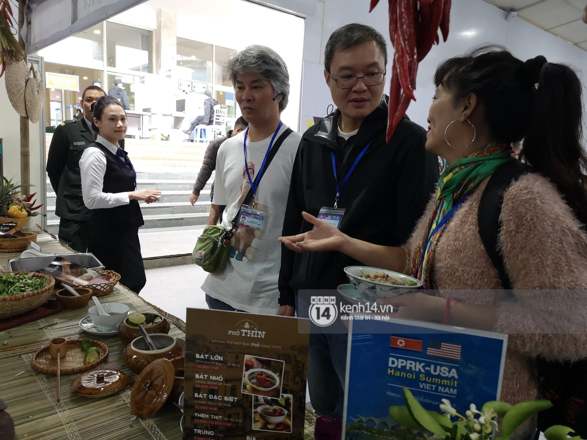 Phóng viên các nước hào hứng khi được thưởng thức ẩm thực nổi tiếng Hà thành tại trung tâm báo chí quốc tế hội nghị thượng đỉnh Mỹ - Triều - Ảnh 7.