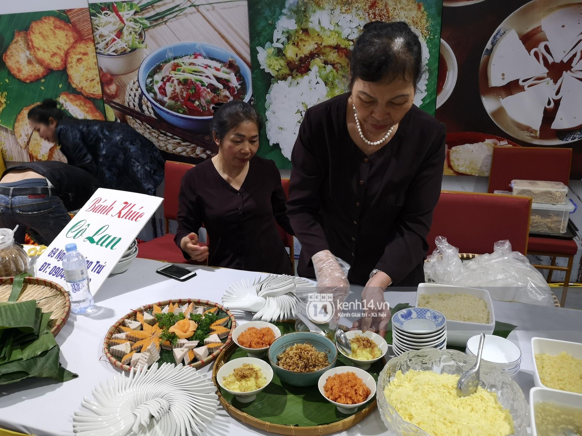 Phóng viên các nước hào hứng khi được thưởng thức ẩm thực nổi tiếng Hà thành tại trung tâm báo chí quốc tế hội nghị thượng đỉnh Mỹ - Triều - Ảnh 4.
