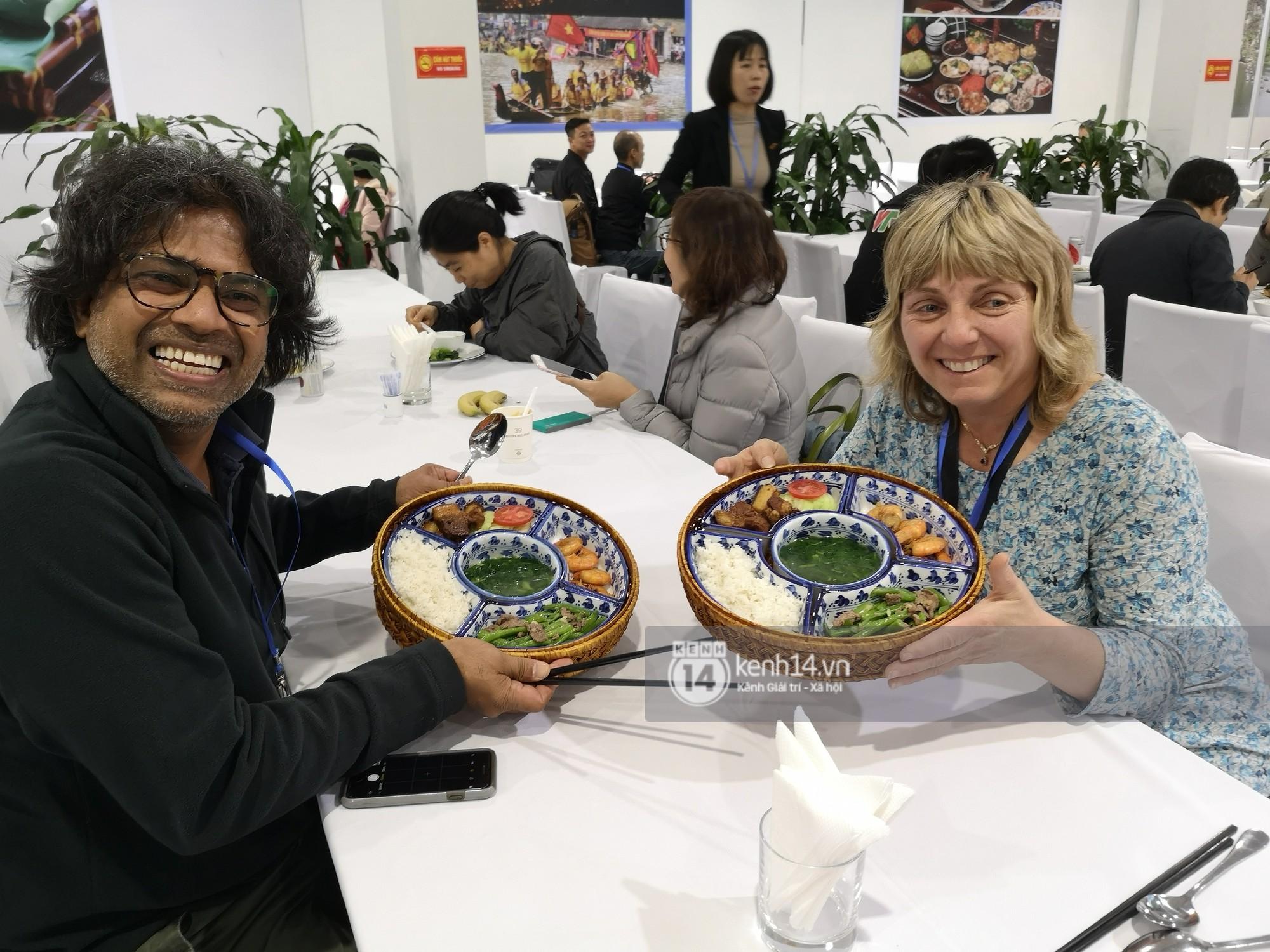 Phóng viên các nước hào hứng khi được thưởng thức ẩm thực nổi tiếng Hà thành tại trung tâm báo chí quốc tế hội nghị thượng đỉnh Mỹ - Triều - Ảnh 9.