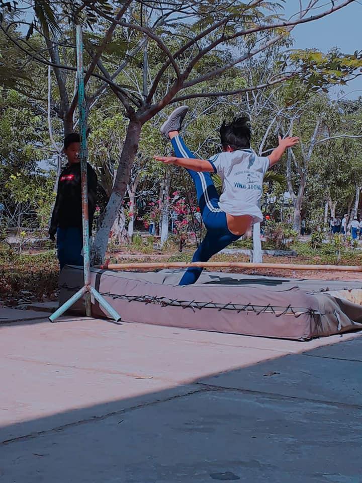 Những hình ảnh cười ra nước mắt của các con dân sợ Thể dục: Cả thanh xuân chỉ dùng để... nhảy xà - Ảnh 2.