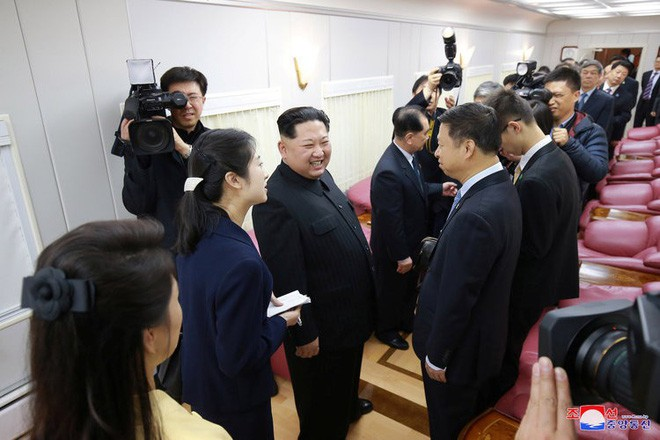 Ông Kim Jong Un gặp các đại diện Trung Quốc trong một toa tàu. Theo ước lượng, toa tàu có thể chứa được hơn 20 người. Ảnh: KCNA