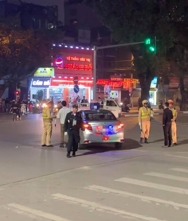 Chiếc taxi bị lực lượng chức năng yêu cầu dừng lại ngay sau đó.