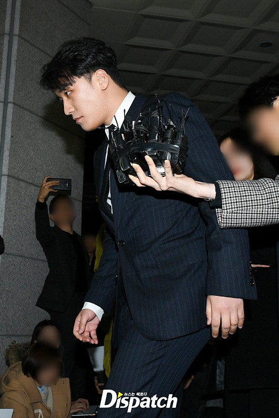 Following the series, Seungri (Big Bang) officially presented himself to the police: Walk a car, dress a suit, quietly answer a conversation - Photo 7.