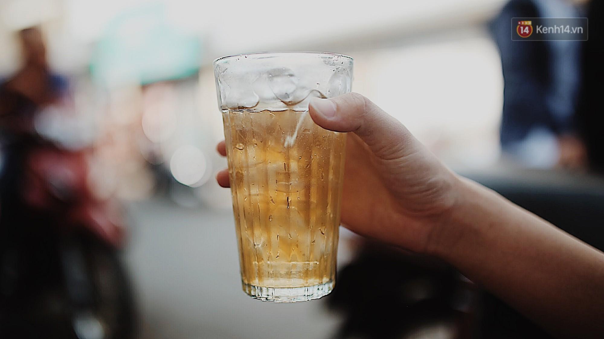 Quán cà phê bạc màu hơn nửa thế kỷ giữa lòng Sài Gòn: Đi đâu rồi cũng về ngồi đây, nhìn thành phố đổi thay nhiều lắm! - Ảnh 6.