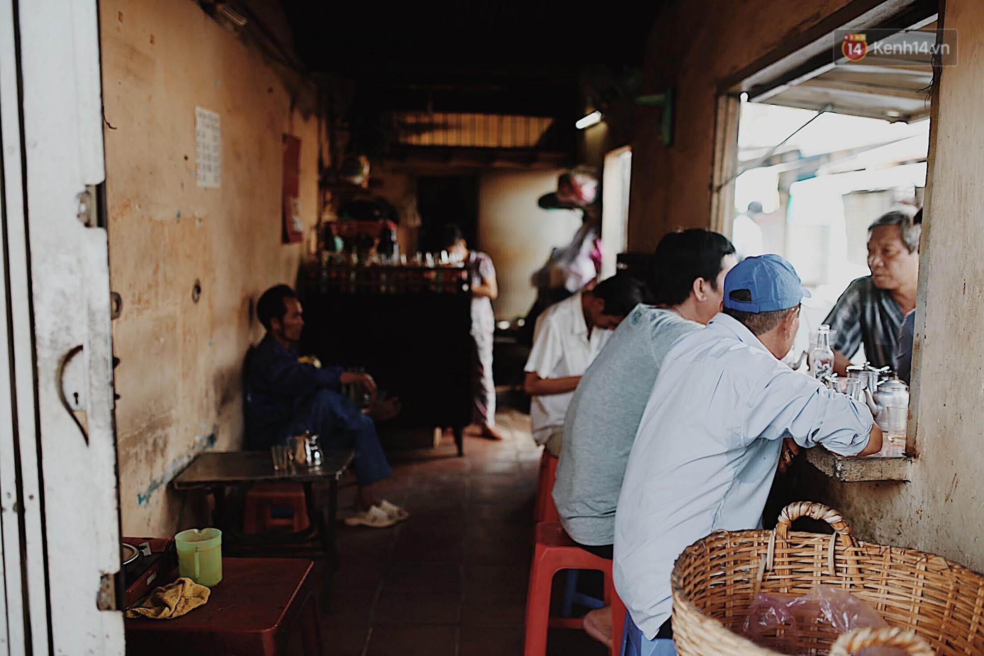 Quán cà phê bạc màu hơn nửa thế kỷ giữa lòng Sài Gòn: Đi đâu rồi cũng về ngồi đây, nhìn thành phố đổi thay nhiều lắm! - Ảnh 3.