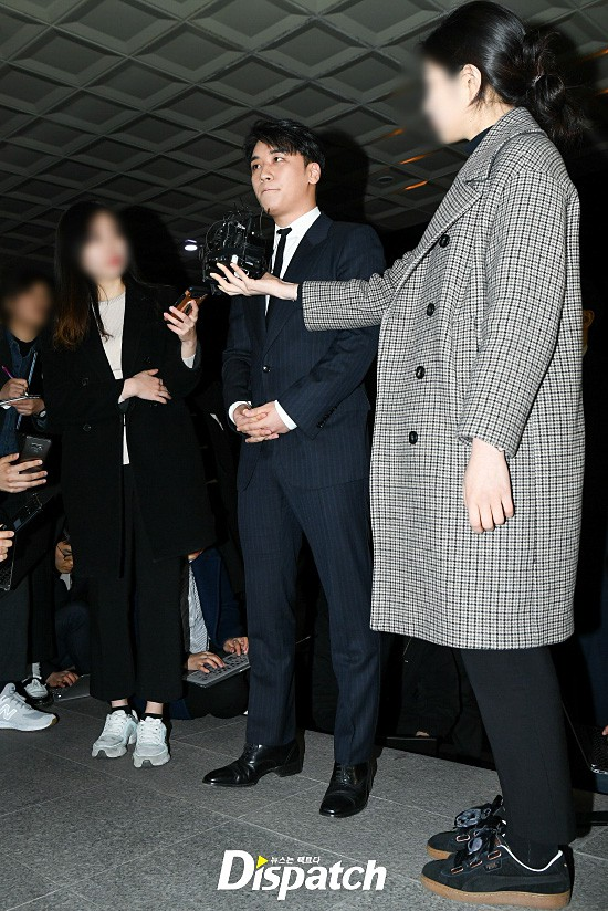Following the series, Seungri (Big Bang) officially presented himself to the police: Walk a car, dress a suit, quietly answer a conversation - Photo 6.