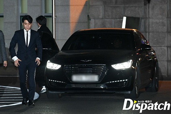 Following the series, Seungri (Big Bang) officially presented himself to the police: Walk a car, wear a suit, calmly answer a conversation - Photo 1.