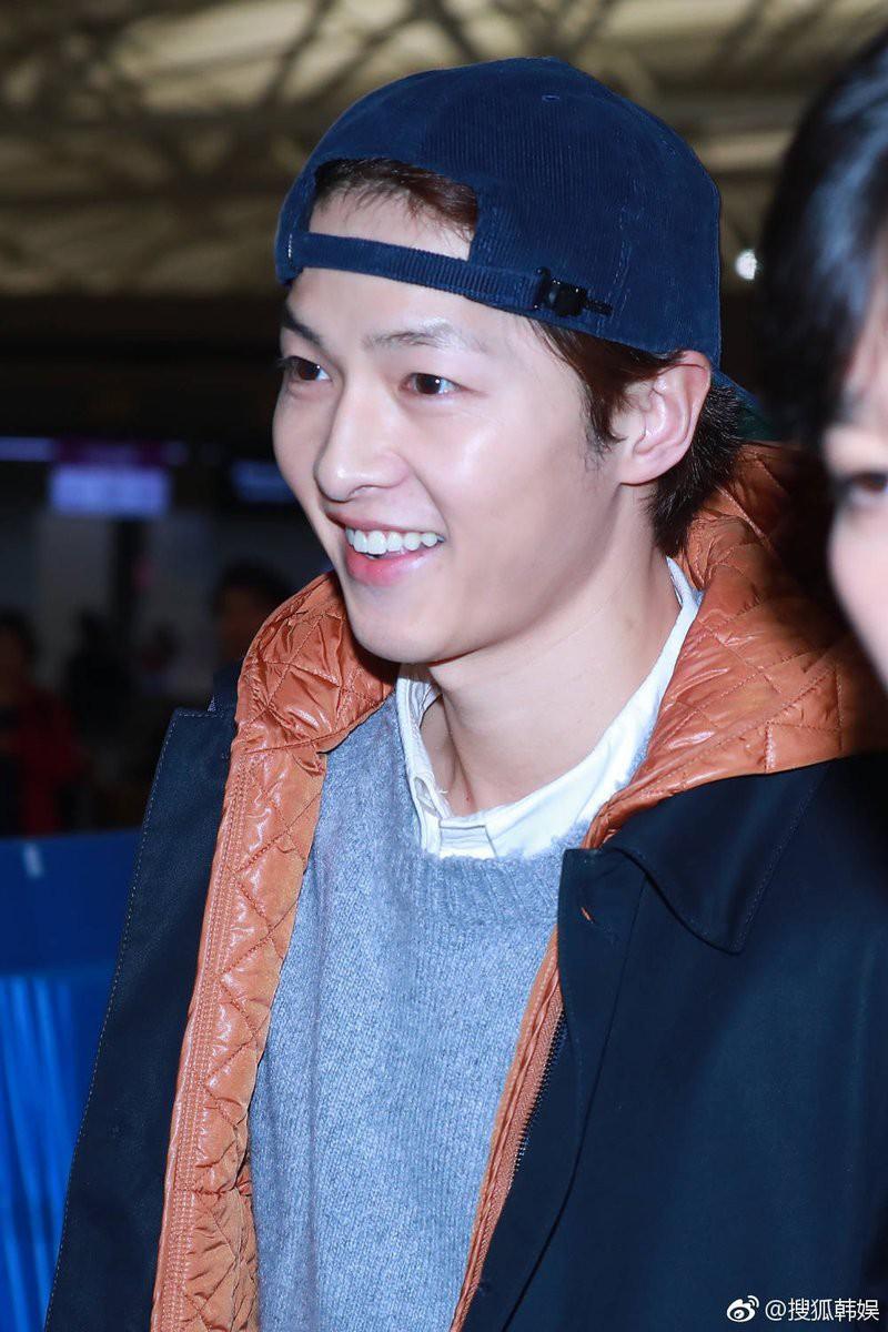 Đây là biểu cảm của Song Joong Ki một ngày trước khi dính tin đồn ly hôn Song Hye Kyo vì ngoại tình - Ảnh 7.