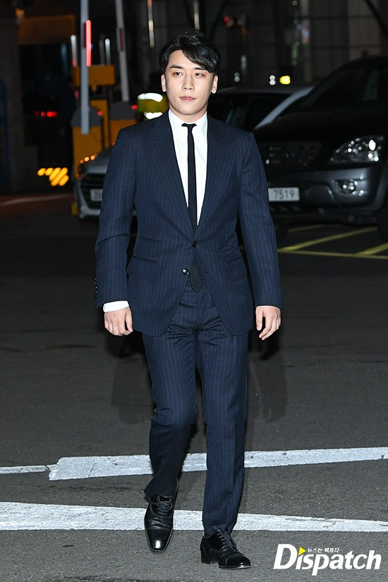 Following the series, Seungri (Big Bang) officially presented himself to the police: Walk a car, wear a suit, quietly answer a conversation - Photo 3.