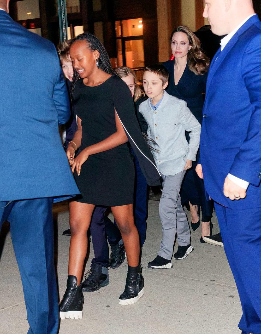 Khung cảnh hiếm hoi: Angelina Jolie đưa cả 6 đứa con đi dự sự kiện và dàn nhóc tỳ xưa kia giờ đã lớn lắm rồi! - Ảnh 10.