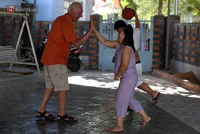 """Câu chuyện xúc động về một cựu binh Mỹ trở lại Việt Nam sau 47 năm và trở thành """"cha nuôi"""" của những đứa trẻ da cam ở Đà Nẵng - Ảnh 5."""