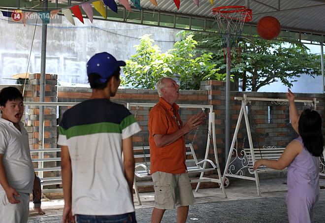 """Câu chuyện xúc động về một cựu binh Mỹ trở lại Việt Nam sau 47 năm và trở thành """"cha nuôi"""" của những đứa trẻ da cam ở Đà Nẵng - Ảnh 4."""