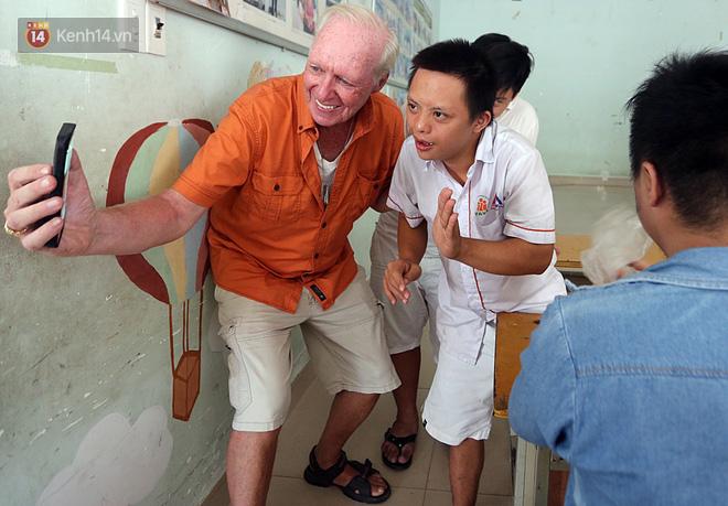 """Câu chuyện xúc động về một cựu binh Mỹ trở lại Việt Nam sau 47 năm và trở thành """"cha nuôi"""" của những đứa trẻ da cam ở Đà Nẵng - Ảnh 3."""