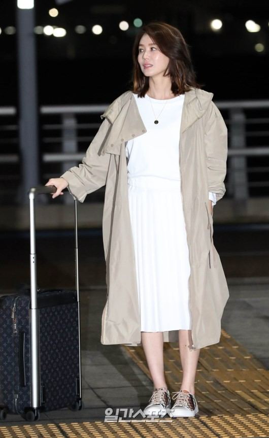 Suzy's mother Kim Tanen has plunged into the airport: she's still showing her legs to the top of the door, hard-to-age hacking party - Photo 10.