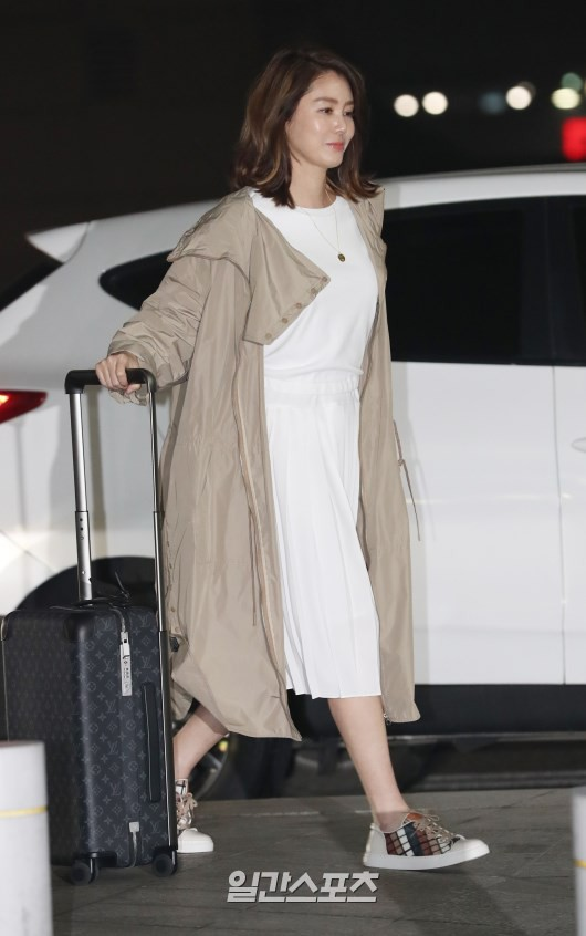 Suzy's mother Kim Tan is immersed in the airport: she still shows her legs to the upper door, hard-to-age hack party - Photo 8.