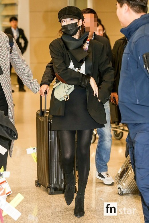 Suzy's mother Kim Etana will take her to the airport: she's still showing her legs to the top of the door, a hard-to-age hack party - Photo 1.