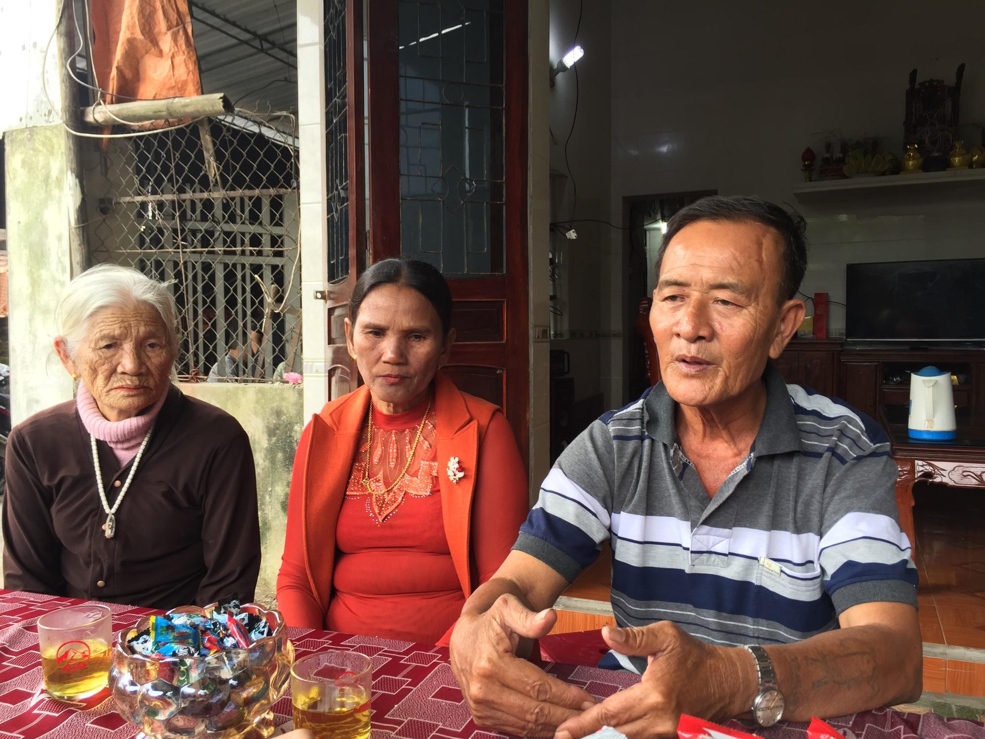 Bố mẹ ôm chầm lấy con trai khóc nức nở sau 40 năm bặt vô âm