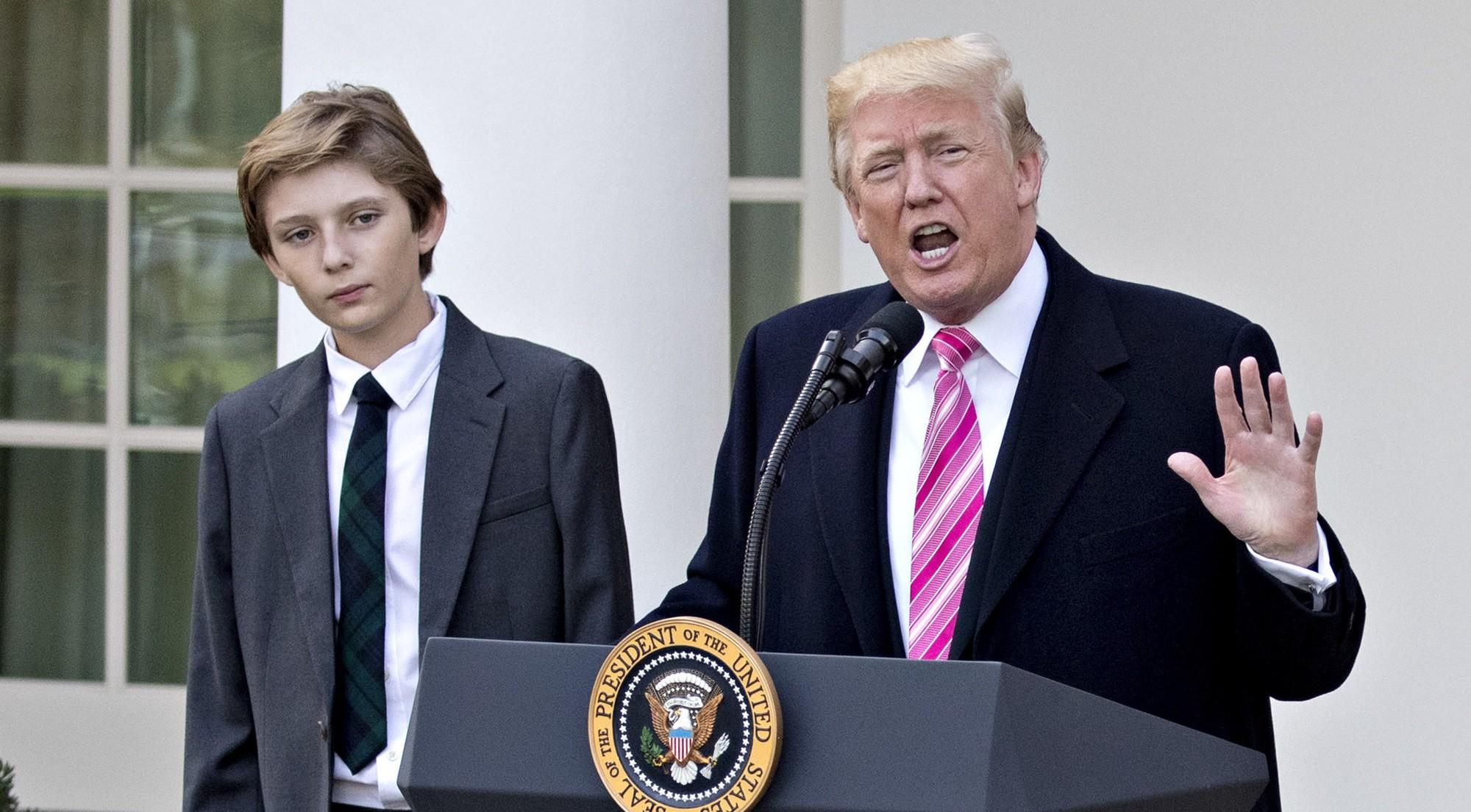 """Đã đẹp trai còn hay mặc suit, hèn gì cậu út nhà Trump đang là """"nam thần"""" được cả thế giới quan tâm - Ảnh 1."""