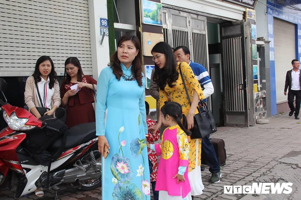 Cấm đường bảo vệ Hội nghị Mỹ - Triều, xe rước dâu chôn chân ngoài đại lộ, cô dâu chú rể xách váy chạy bộ - Ảnh 2.