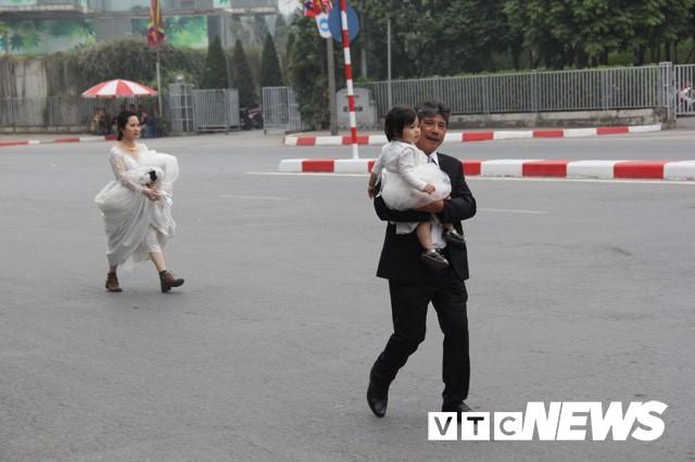 Cấm đường bảo vệ Hội nghị Mỹ - Triều, xe rước dâu chôn chân ngoài đại lộ, cô dâu chú rể xách váy chạy bộ - Ảnh 4.