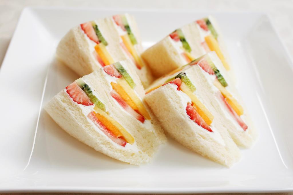 Giờ mới để ý, hoá ra người Nhật Bản thích cho trái cây tươi vào ...