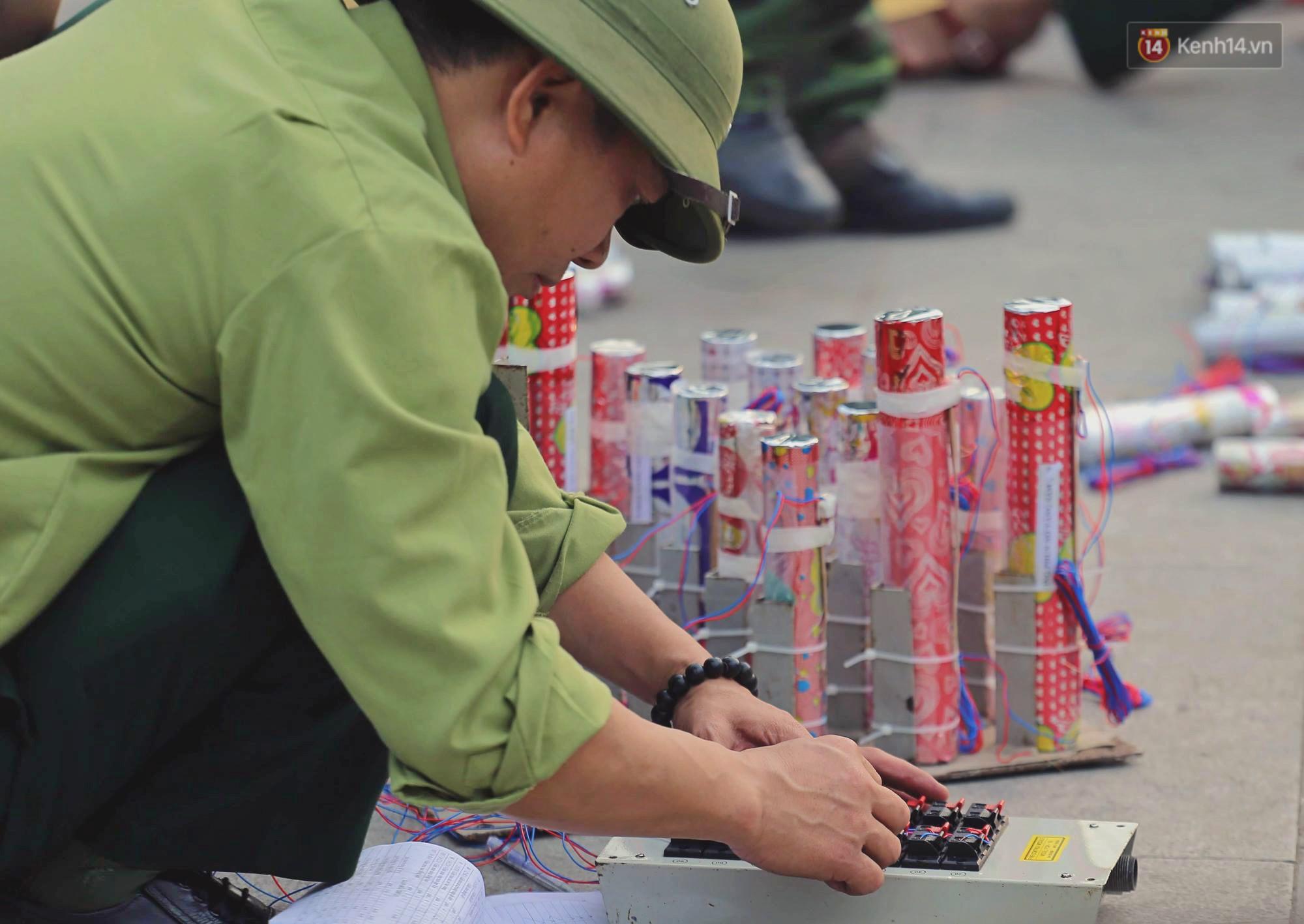 Hà Nội: Trận địa pháo hoa tại Hồ Tây đang tất bật chuẩn bị để chờ đón phút giây giao thừa - Ảnh 4.