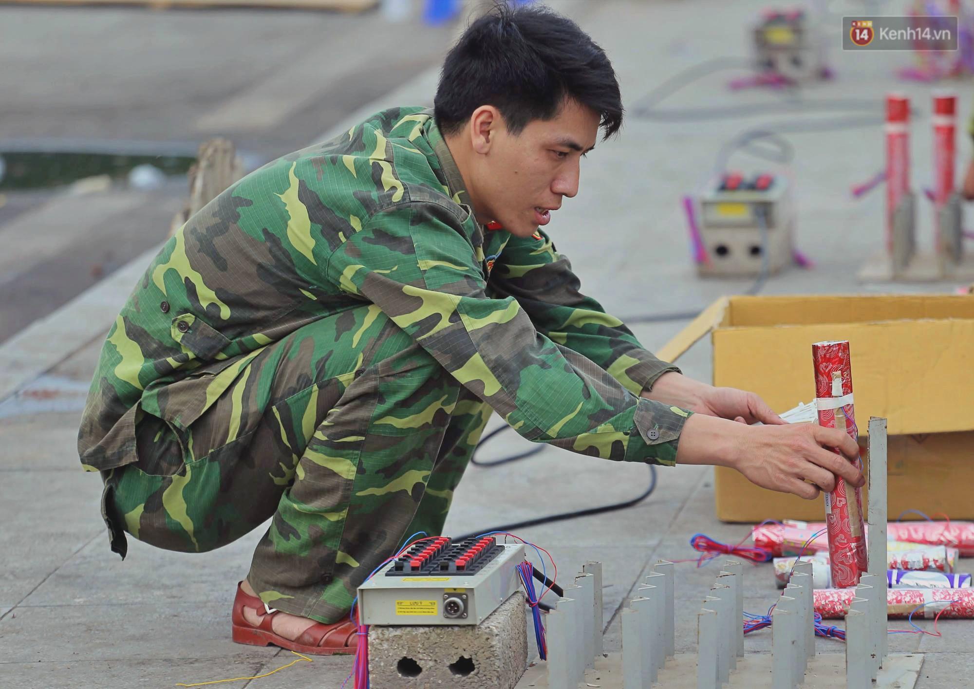 Hà Nội: Trận địa pháo hoa tại Hồ Tây đang tất bật chuẩn bị để chờ đón phút giây giao thừa - Ảnh 5.