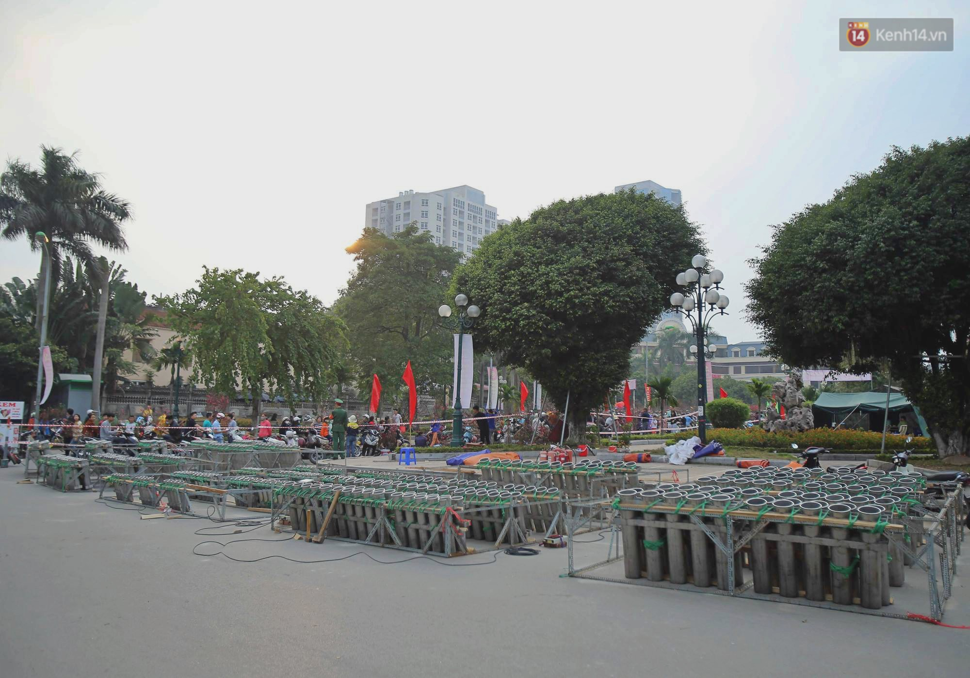 Hà Nội: Trận địa pháo hoa tại Hồ Tây đang tất bật chuẩn bị để chờ đón phút giây giao thừa - Ảnh 1.