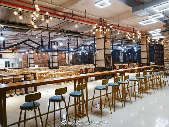 Căng tin trường đại học xịn sò như nhà hàng cao cấp, có cả thang cuốn phục vụ sinh viên - Ảnh 1.