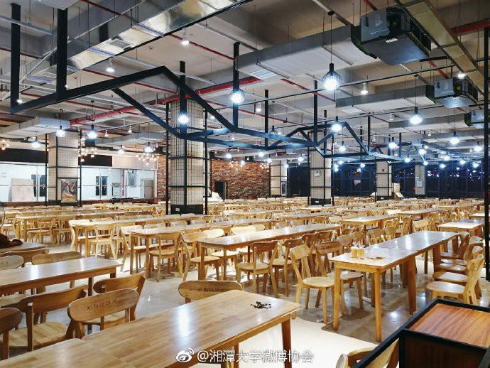 Căng tin trường đại học xịn sò như nhà hàng cao cấp, có cả thang cuốn phục vụ sinh viên - Ảnh 2.